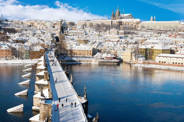 Prag im Winter_Prague castle_Charles bridge_Czech republic_shutterstock_230772745