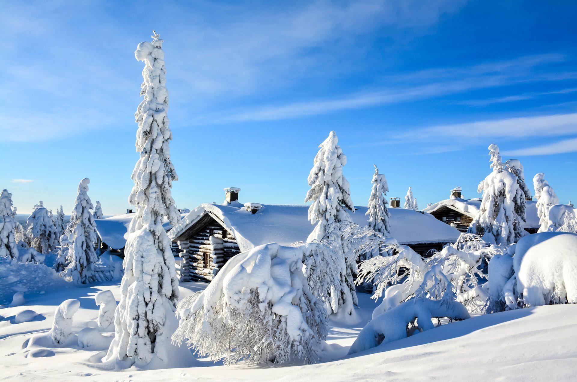 Eine verschneite Hütte in Winterlandschaft