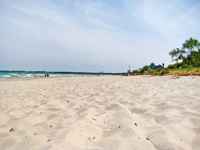 Beach in Timmendorfer Strand, Schleswig-Holstein – wide sandy beach without beach chairs at baltic sea – view towards pier_shutterstock_441613357_klein