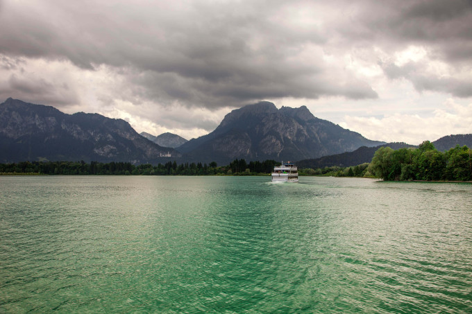 Boats and panoramic views of Forggensee lake, Germany_shutterstock_512193016_klein