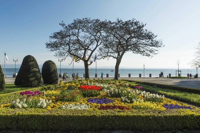 Flowering park at Lake Constance in Friedrichshafen harbor._shutterstock_428177701_klein