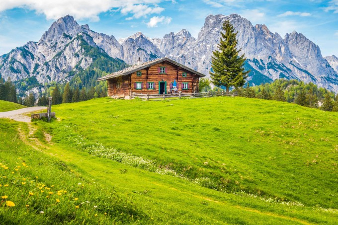 Panoramic view of idyllic mountain scenery in the Alps with traditional mountain chalet _shutterstock_530383768_klein