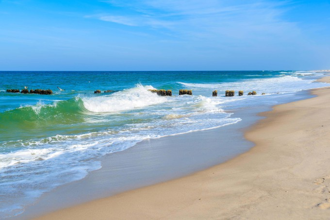 Waves on shore of North Sea at Kampen beach, Sylt island, Germany_shutterstock_484006915_klein