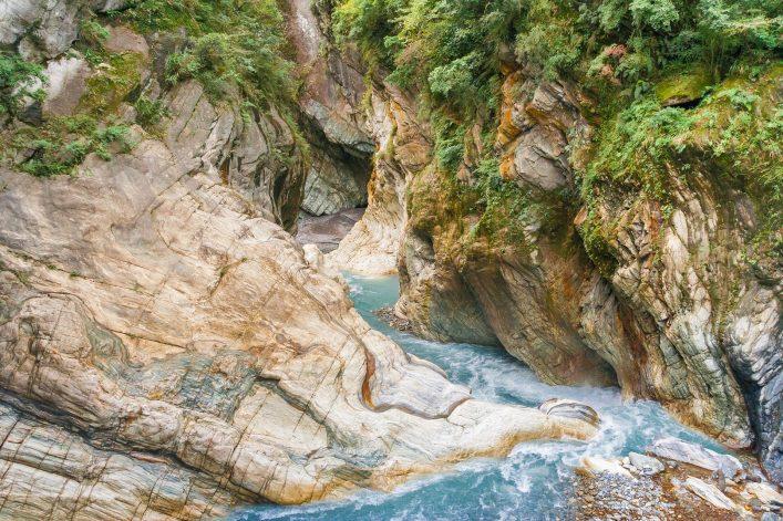 Ein Fluss fließt durch die Schlucht im Taroko-Nationalpark in Taiwan