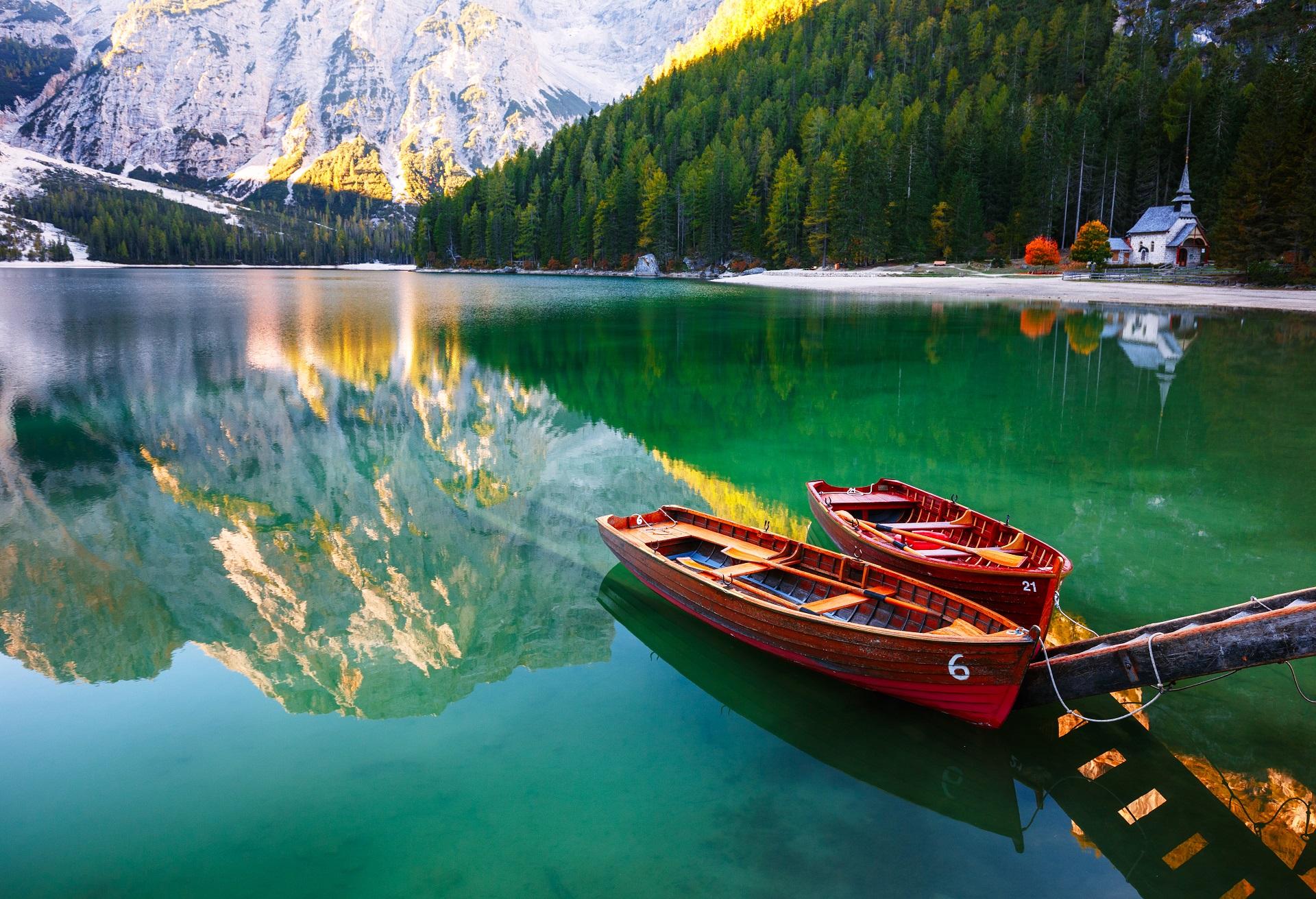 Idyllischer Pragser Wildsee in Südtirol, Italien.