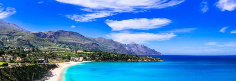 Ein Strand auf Sizilien mit wunderbar blauem Wasser