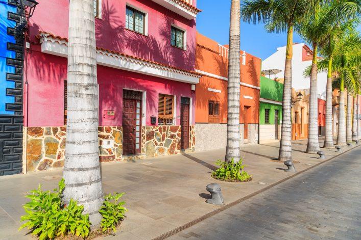 Bunte Häuser und Palmen in Puerto de la Cruz auf Teneriffa.