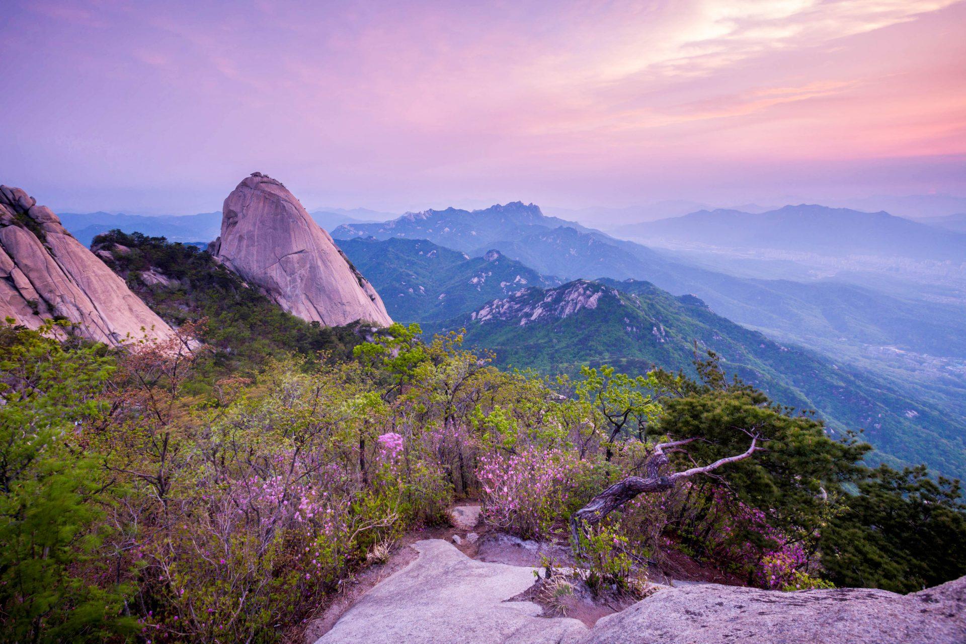 Der Sonnenaufgang in den Bukhansan Bergen in Seoul, Südkorea