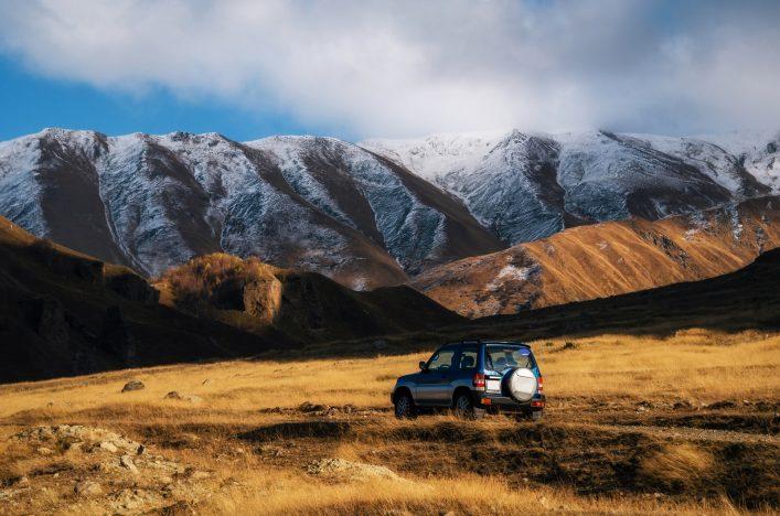 Roadtrip mit Mietwagen durch Natur