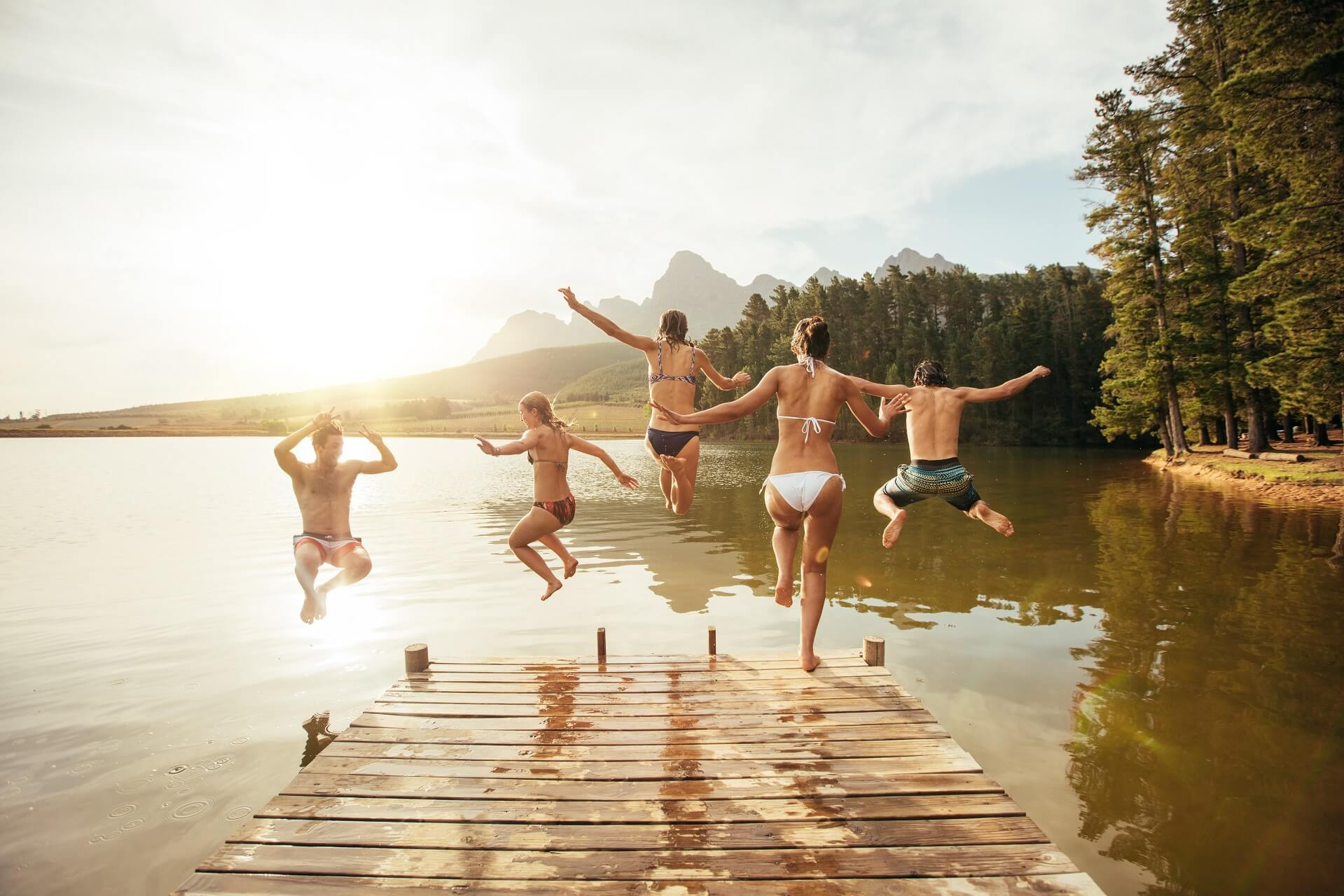 Freunde springen in einen See
