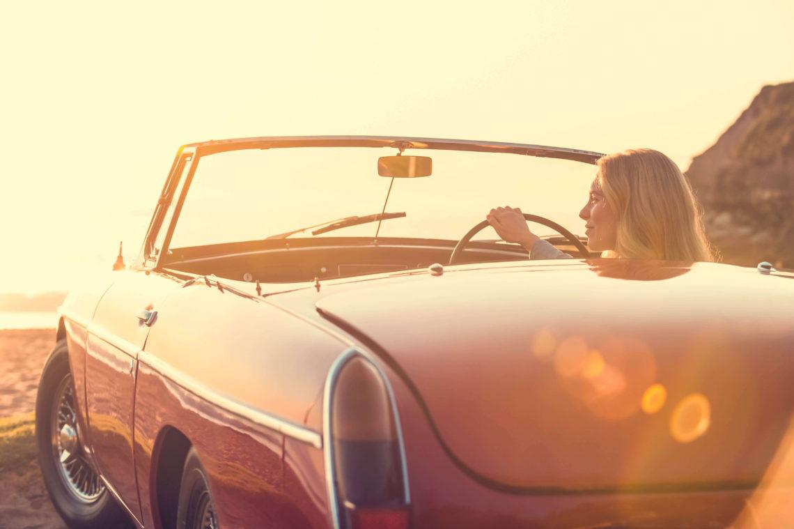Frau Cabrio Auto fahren am Strand iStock-496511782-2