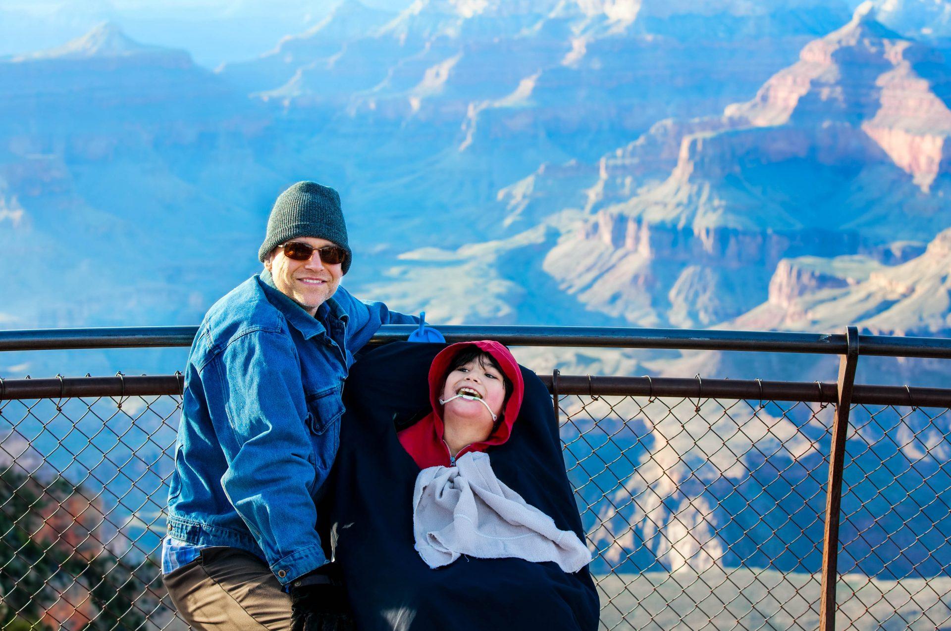 Vater und Sohn im Rollstuhl am Grand Canyon