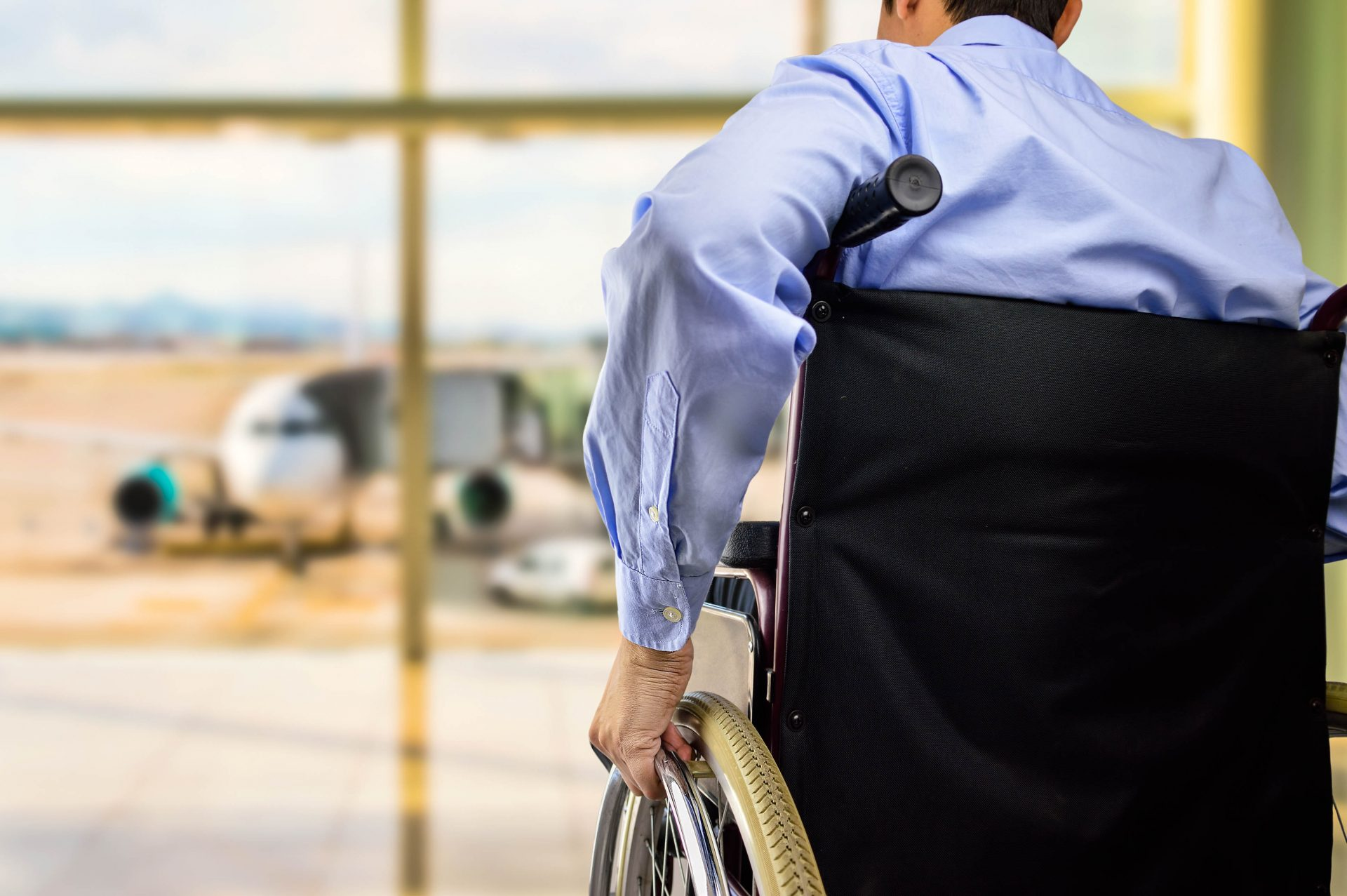 Ein Mann wartet im Rollstuhl auf seinen Abflug