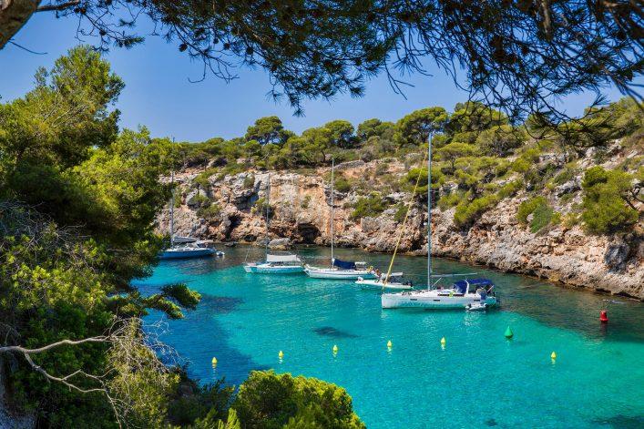 Die wunderschöne blau-schimmernde Bucht von Cala Pi auf Mallorca