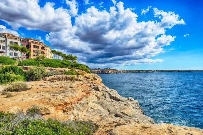 Hotels bei Cala Pi mit Blick auf das Meer