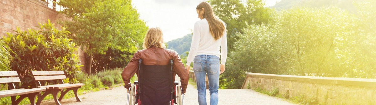 Rollstuhlfahrer und Freundin