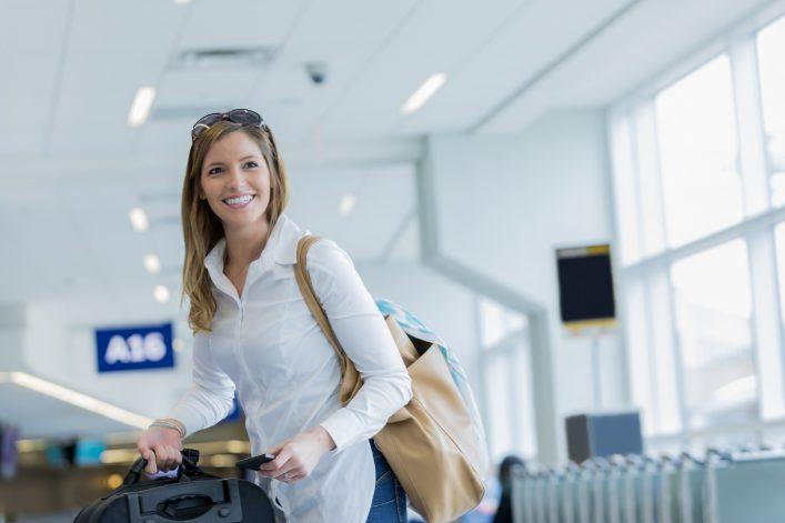 Frau wird vom Flughafen abgeholt