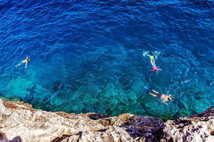 Schwimmende Schnorchler in der Bucht Cala Pi auf Mallorca