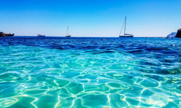 Cala Figuera, blaues und glasklares Wasser.