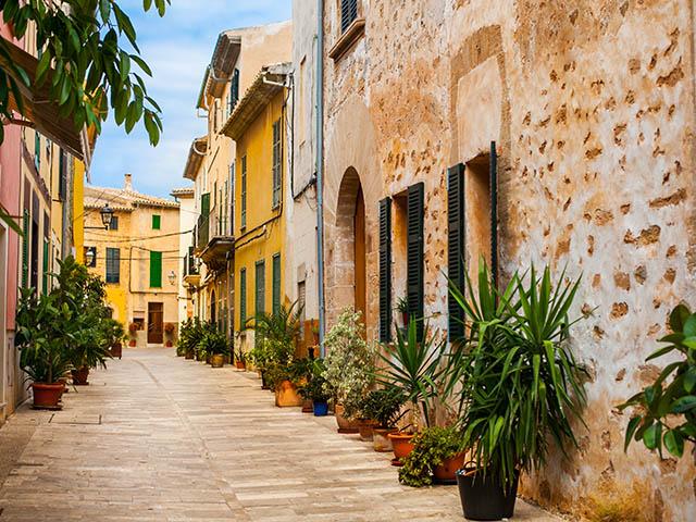 Altstadt von Alcudia_Oldtown_shutterstock_436456063