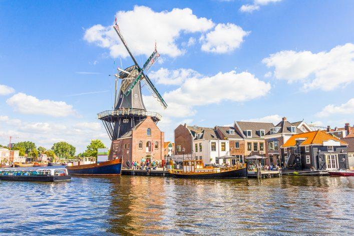 Haarlems Windmühle vom Wasser aus betrachtet.