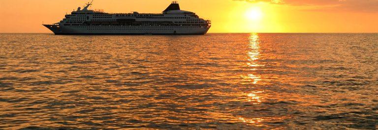 Kreuzfahrtschiff Sonnenuntergang iStock_000003089288_Large-2