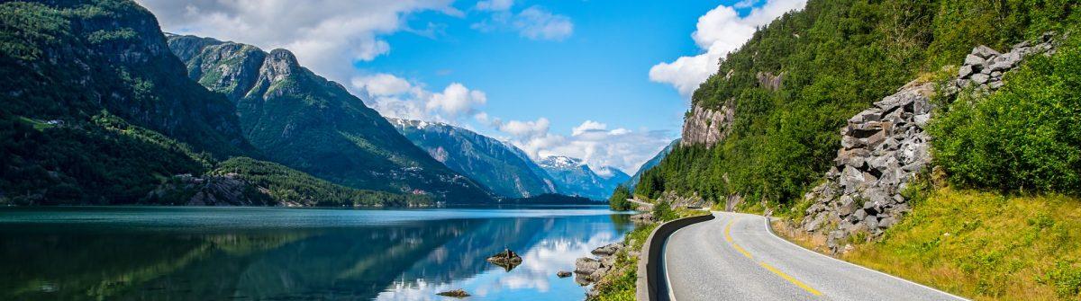 Straße führt durch die fantastische Natur Norwegens.