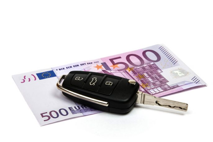 Car-key-on-money-background_iStock_9668624