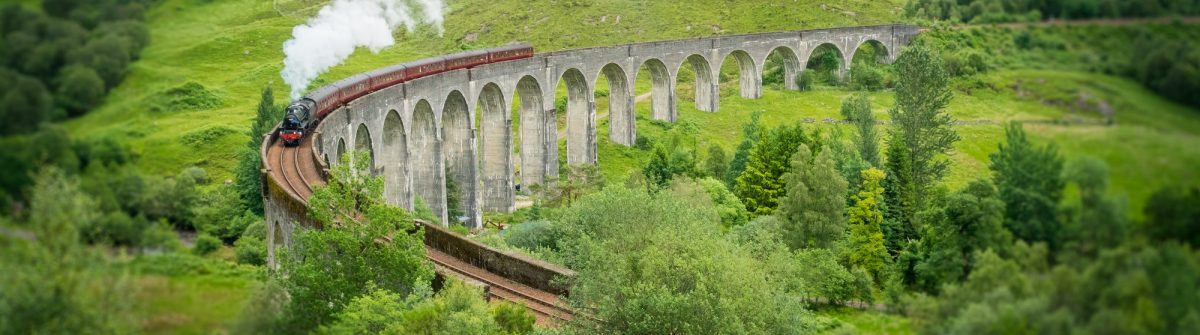 Glenfinnan Railway Viaduct with the Jacobite steam, in Lochaber area of the Highlands of Scotland_shutterstock_699838843 klein