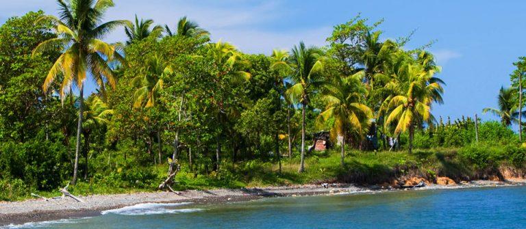 Jamaika. Die-Boot auf dem Sand coast iStock-475871404-2