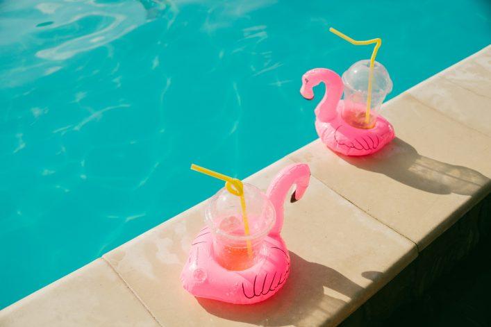 Pool Gadgets Flamingo Cocktails shutterstock_602576822 klein