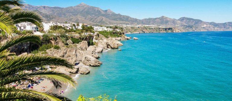 nerja-beach-beruehmten-touristischen-stadt-an-der-costa-del-sol-malaga-spanien-istock_43494608_xlarge-2-1200×335