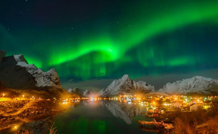 Polarlichter Stadt See Berge