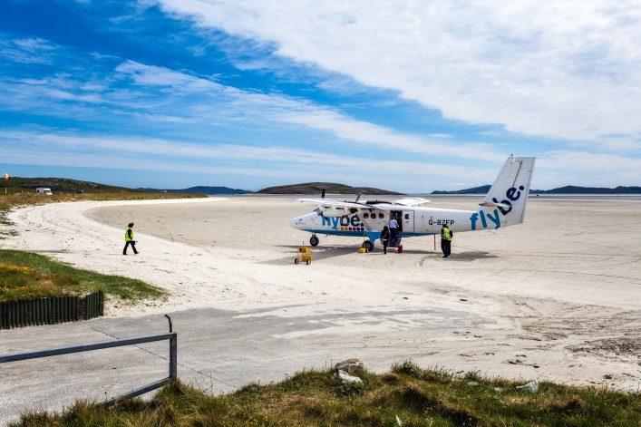 Absurde Dinge an Flughäfen - Flugzeug am Strand