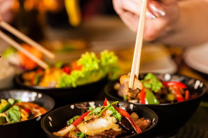 Typisch asiatisches Essen, das mit Stäbchen gegessen wird.