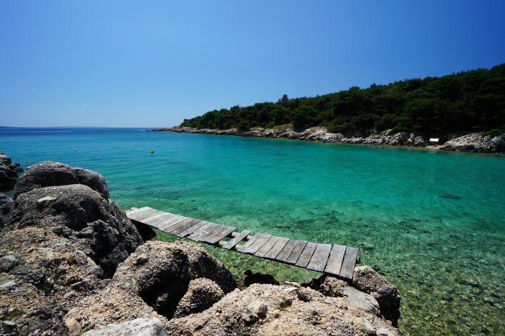Eine Stelle der Küste auf der Insel Rab mit kristallklarem Wasser.