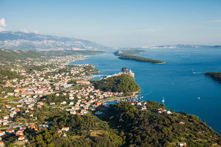 Die Stadt Rab an der Küste der Insel in Kroatien aus der Luft aufgenommen.