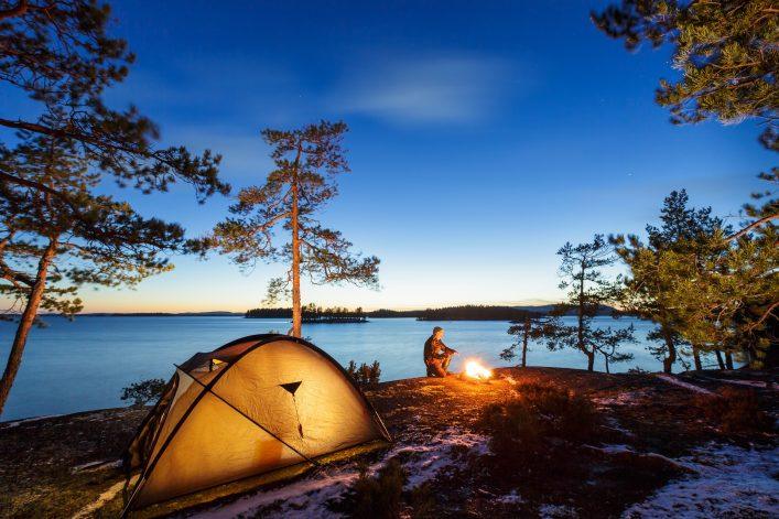 Ein leuchtendes Zelt am Strand.