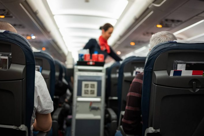 Stewardess-beim-Flug-iStock-1040850748
