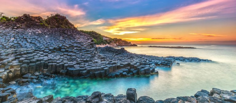 Sunrise on Giant Causeway iStock_000070777865_Large-2