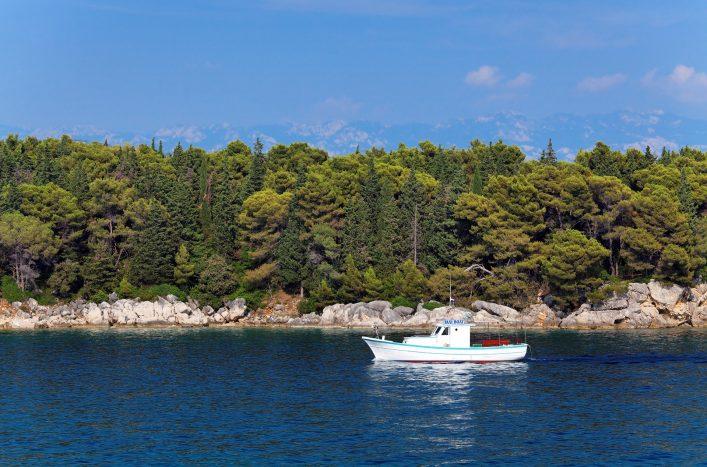 Ein Taxiboot fährt vor der Küste der kroatischen Insel Rab.