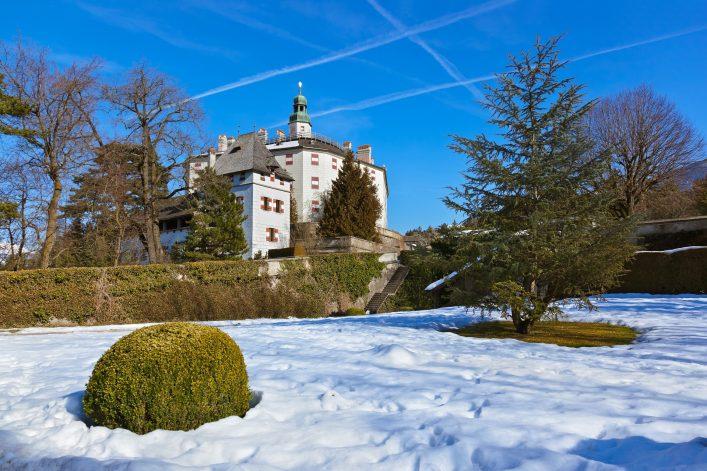 Das wunderschöne Schloss Ambras in Innsbruck im Winter
