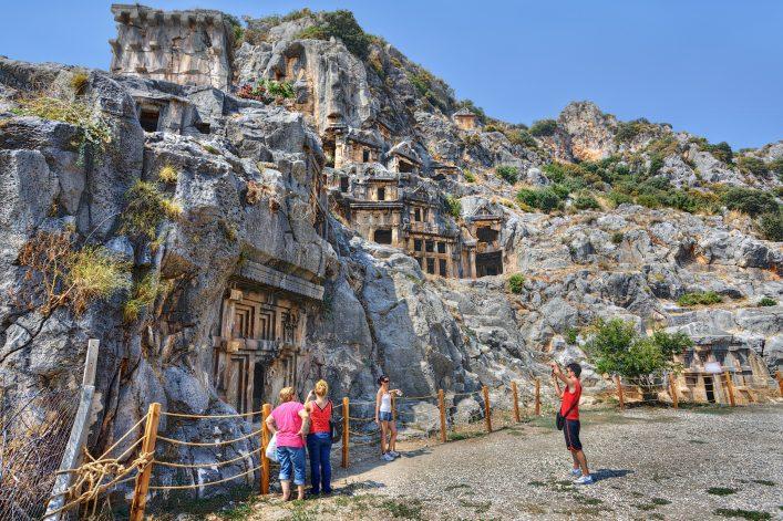 Besucher bei den Felsengräbern von Myra in der Türkei