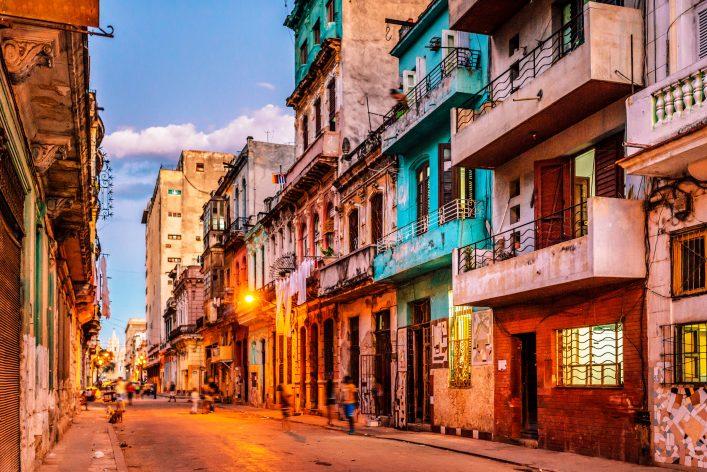 Havanna bei Nacht mit Oldtimer