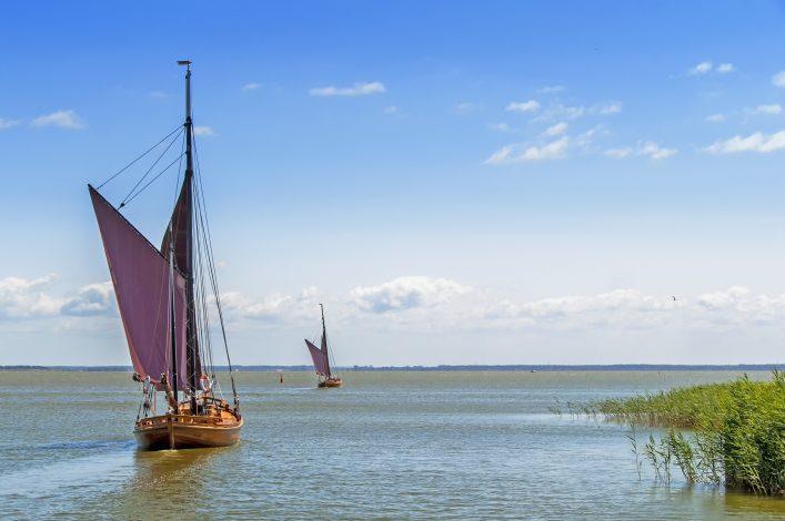 zwei Zeesboote an einer Lagune auf fischland darß zingst in mecklenburg-vorpommern.