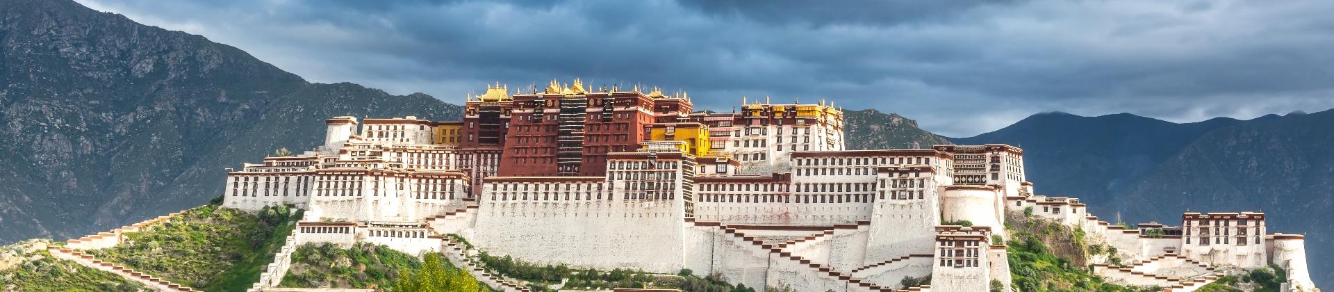 Donkere wolken boven Tibet