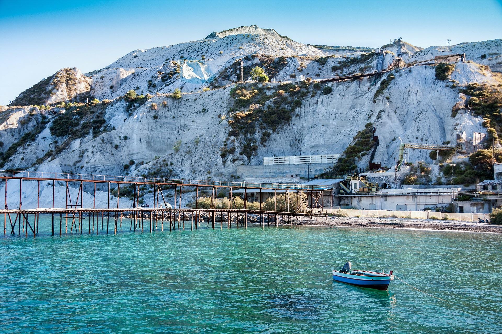 Die Küste von Lipari besteht aus weißem Gestein, das türkise Meer zu Füßen.