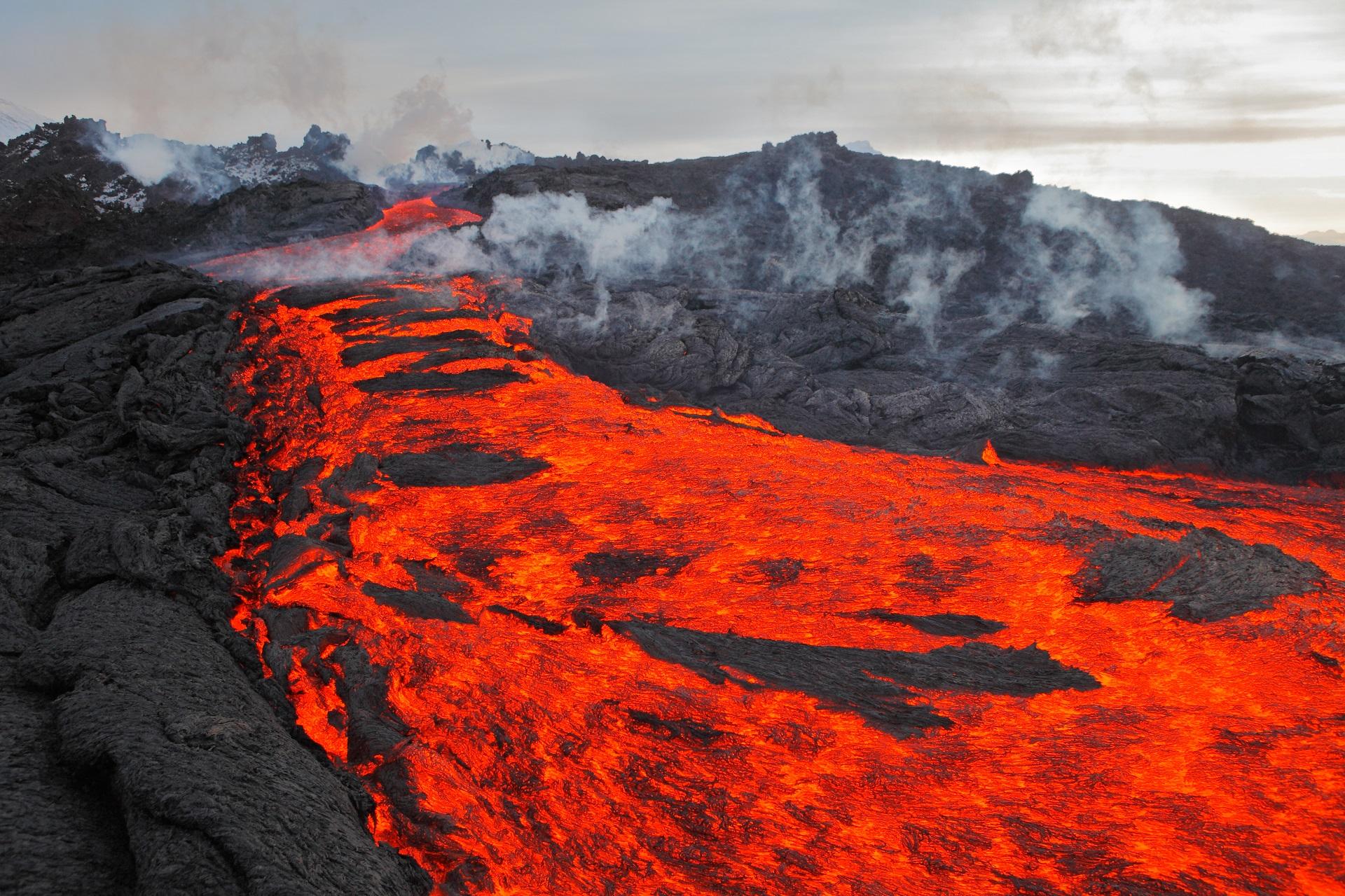 Ein Lavastrom fließt den Vulkan Stromboli hinab.