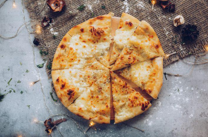 Das mit Käse überbackene Brot Khachapuri.