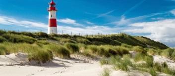 Leuchtturm-Lighthouse-Dünen-Sylt-Nordsee-iStock_000021852617_Large-2-768×335